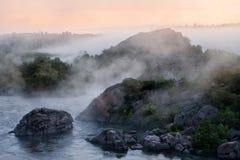 ομιχλώδης ποταμός πρωινού Στοκ Εικόνες