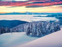 Ομιχλώδης χειμερινή ανατολή στο χιονώδες βουνό Στοκ φωτογραφία με δικαίωμα ελεύθερης χρήσης