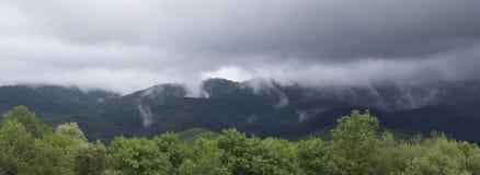 ομιχλώδη βουνά στοκ εικόνες