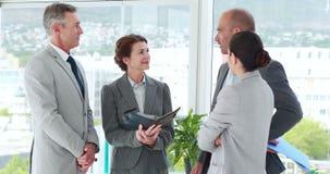 Ομιλία επιχειρηματιών μαζί στην αρχή φιλμ μικρού μήκους