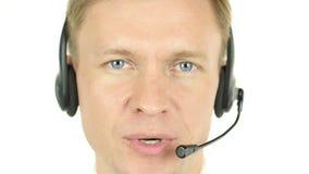 Ομιλία προσώπου πρακτόρων, που λειτουργεί σε ένα κέντρο κλήσης με την κάσκα του φιλμ μικρού μήκους