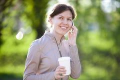 Ομιλία στο κινητό τηλέφωνο στο πάρκο Στοκ Εικόνα