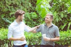 Ομιλία δύο ατόμων φίλων που στέκεται σε έναν κήπο Στοκ Φωτογραφίες
