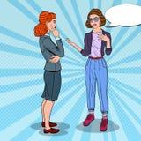 Ομιλία δύο νέα γυναικών στην αρχή business businessman cmputer desk laptop meeting smiling talking to using woman Λαϊκή απεικόνισ Στοκ Φωτογραφία