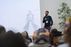 Ομιλητής κατά τη διάρκεια των συζητήσεων για on-line να ψωνίσει από την Ιαπωνία Στοκ Εικόνες