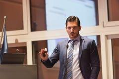 Ομιλητής που δίνει τη συζήτηση στην επιχειρησιακή διάσκεψη Στοκ Εικόνες