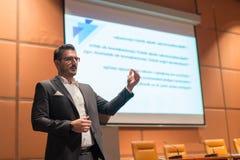 Ομιλητής που δίνει τη συζήτηση στην επιχειρησιακή διάσκεψη Στοκ εικόνες με δικαίωμα ελεύθερης χρήσης