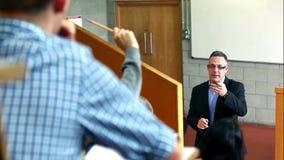 Ομιλητής που εξηγεί κάτι στους σπουδαστές στην αίθουσα διάλεξης απόθεμα βίντεο