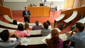 Ομιλητής που μιλά στην κατηγορία του στην αίθουσα διάλεξης φιλμ μικρού μήκους