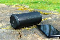 Ομιλητής που συνδέεται ασύρματος με το smartphone στοκ φωτογραφίες με δικαίωμα ελεύθερης χρήσης