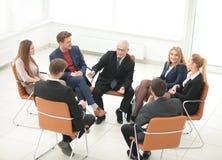 Ομιλητής σε μια επιχειρησιακή συνεδρίαση που απαντά σε μια ερώτηση από ένα parti Στοκ Εικόνες