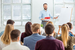 Ομιλητής στην επιχειρησιακή συνεδρίαση στη αίθουσα συνδιαλέξεων Στοκ εικόνες με δικαίωμα ελεύθερης χρήσης