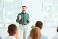 Ομιλητής στην επιχειρησιακή συνεδρίαση στη αίθουσα συνδιαλέξεων Στοκ φωτογραφία με δικαίωμα ελεύθερης χρήσης