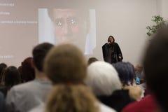 Ομιλητής στο φόρεμα κιμονό κατά τη διάρκεια των συζητήσεων για τη διαβίωση στην Ιαπωνία Στοκ Φωτογραφίες