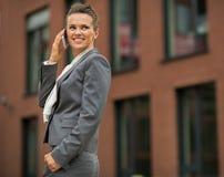Ομιλούν τηλέφωνο κυττάρων επιχειρησιακών γυναικών Στοκ εικόνα με δικαίωμα ελεύθερης χρήσης