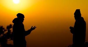 Ομιλούσα φίλος ή επιχειρησιακή επικοινωνία ατόμων στο υπόβαθρο ηλιοβασιλέματος Στοκ Φωτογραφίες