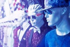 Ομοίωμα στο κατάστημα ιματισμού ατόμων ` s στο μπλε χρώμα Στοκ Εικόνα
