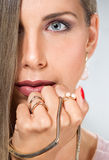 Ομορφιάς νέο γυναικών χρυσό χέρι περιδεραίων κοσμήματος προσώπου επικεφαλής στενό επάνω Στοκ Εικόνες