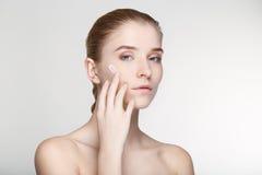 Ομορφιάς πορτρέτου γυναικών δέρματος φροντίδας στενός επάνω υποβάθρου υγείας άσπρος Στοκ φωτογραφία με δικαίωμα ελεύθερης χρήσης