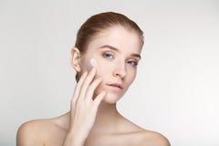 Ομορφιάς πορτρέτου γυναικών δέρματος φροντίδας στενός επάνω υποβάθρου υγείας άσπρος Στοκ εικόνα με δικαίωμα ελεύθερης χρήσης