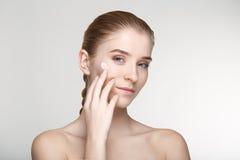 Ομορφιάς πορτρέτου γυναικών δέρματος φροντίδας στενός επάνω υποβάθρου υγείας άσπρος Στοκ Φωτογραφία