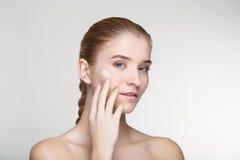Ομορφιάς πορτρέτου γυναικών δέρματος φροντίδας στενός επάνω υποβάθρου υγείας άσπρος Στοκ Φωτογραφίες