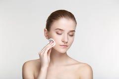 Ομορφιάς πορτρέτου γυναικών δέρματος φροντίδας υγείας μαύρες μασκών άσπρες άκρες σφουγγαριών υποβάθρου στενές επάνω Στοκ Φωτογραφία