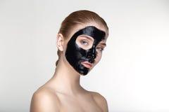 Ομορφιάς πορτρέτου γυναικών δέρματος φροντίδας υγείας μαύρος στενός επάνω υποβάθρου μασκών άσπρος Στοκ Εικόνες
