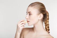 Ομορφιάς πορτρέτου γυναικών δέρματος φροντίδας υγείας μαύρος στενός επάνω υποβάθρου μασκών άσπρος Στοκ φωτογραφία με δικαίωμα ελεύθερης χρήσης