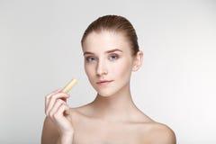 Ομορφιάς πορτρέτου γυναικών δέρματος φροντίδας υγείας μαύρος στενός επάνω υποβάθρου μασκών άσπρος Στοκ εικόνες με δικαίωμα ελεύθερης χρήσης