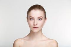Ομορφιάς πορτρέτου γυναικών δέρματος φροντίδας υγείας μαύρος στενός επάνω υποβάθρου μασκών άσπρος Στοκ Εικόνα