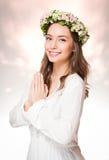 Ομορφιά άνοιξη που φορά το στεφάνι λουλουδιών στοκ φωτογραφία με δικαίωμα ελεύθερης χρήσης
