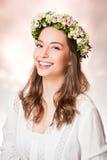 Ομορφιά άνοιξη που φορά το στεφάνι λουλουδιών στοκ εικόνες