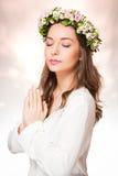 Ομορφιά άνοιξη που φορά το στεφάνι λουλουδιών στοκ εικόνες με δικαίωμα ελεύθερης χρήσης