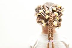 Ομορφιά ένα νέο κορίτσι στα ρόλερ και ponytails Στοκ Φωτογραφία
