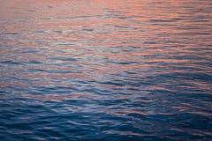 Ομορφιά ζωηρόχρωμη της επιφάνειας κυμάτων όταν άνοδος ήλιων Στοκ εικόνα με δικαίωμα ελεύθερης χρήσης