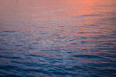 Ομορφιά ζωηρόχρωμη της επιφάνειας κυμάτων όταν άνοδος ήλιων Στοκ Εικόνες