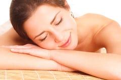Ομορφιά και έννοια SPA - όμορφη γυναίκα στο σαλόνι SPA που βρίσκεται στο τ στοκ φωτογραφία με δικαίωμα ελεύθερης χρήσης