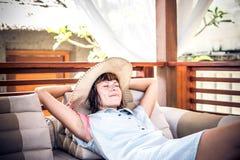 Ομορφιά που απολαμβάνει τις θερινές διακοπές της στη βίλα πολυτέλειας Καλοκαιρινές διακοπές ειδυλλιακές του Μπαλί όμορφη Ινδονησί Στοκ φωτογραφία με δικαίωμα ελεύθερης χρήσης