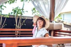 Ομορφιά που απολαμβάνει τις θερινές διακοπές της στη βίλα πολυτέλειας Καλοκαιρινές διακοπές ειδυλλιακές του Μπαλί όμορφη Ινδονησί Στοκ εικόνα με δικαίωμα ελεύθερης χρήσης