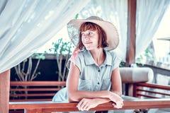 Ομορφιά που απολαμβάνει τις θερινές διακοπές της στη βίλα πολυτέλειας Καλοκαιρινές διακοπές ειδυλλιακές του Μπαλί όμορφη Ινδονησί Στοκ Εικόνα