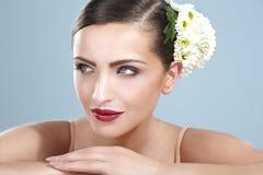 Ομορφιά που πυροβολείται της χαμογελώντας γυναίκας με   εξαρτήματα λουλουδιών στοκ φωτογραφία