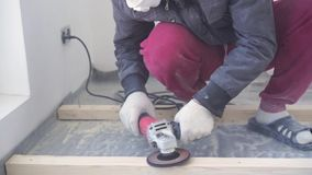 Ομορφιά σε αργή κίνηση στην κατασκευή και την επισκευή - κύριος ξυλουργός τοποθετεί το πάτωμα ξύλου πεύκων - φιλικό προς το περιβ απόθεμα βίντεο