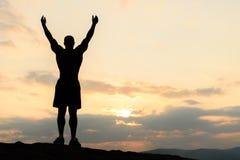 Ομορφιά της έννοιας ανθρώπινων σωμάτων Αφροαμερικάνος bodybuilder που θέτει στο ηλιοβασίλεμα κατά τη διάρκεια της υπαίθριας κατάρ στοκ φωτογραφίες