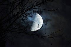 Ομορφιά του φεγγαριού σε μια σκοτεινή νύχτα Στοκ Εικόνες