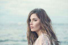 ομορφιά φυσική Τέλεια γυναίκα με τη μακριά κυματιστή τρίχα Στοκ εικόνα με δικαίωμα ελεύθερης χρήσης