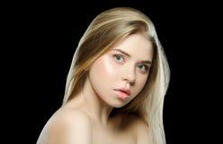 ομορφιά φυσική Το πορτρέτο της όμορφης νέας γυναίκας με λαμπρό ξανθό ευθύ μακρυμάλλη, με το καθαρό φρέσκο δέρμα κοιτάζει μακριά Στοκ φωτογραφία με δικαίωμα ελεύθερης χρήσης