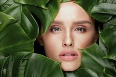 ομορφιά φυσική Όμορφο πρόσωπο γυναικών στα πράσινα φύλλα Στοκ φωτογραφία με δικαίωμα ελεύθερης χρήσης