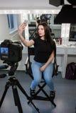 Ομορφιά blogger που παίρνει selfie στο σαλόνι Στοκ Φωτογραφία