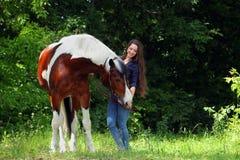 Ομορφιά cowgirl με το άλογο appaloosa Στοκ Φωτογραφίες